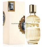 Perfumes da mulher com o frasco bonito de vista agradável e o bom cheiro