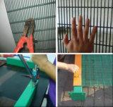 358의 메시 검술을 반대로 올라가는 형무소 감옥 담 또는 높은 안전