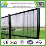 電流を通された塀ワイヤー反上昇358の防御フェンス