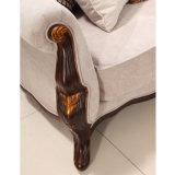 居間のためにセットされる古典的なコーヒーテーブルが付いている旧式で標準的な木ファブリックソファー愛シートそして椅子