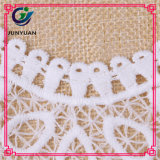Ligne blanche florale en bloc lacet de collet de crochet de collier