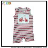 여름철 아기는 목 아기 장난꾸러기의 둘레에 입는다