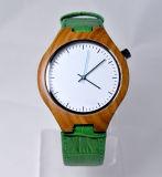 Grüne lederne Uhrenarmband hölzerne Uhr
