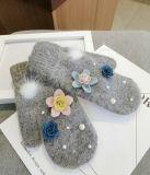 Customed 여자는 꽃 패턴을%s 가진 뜨개질을 한 장갑을 데운다