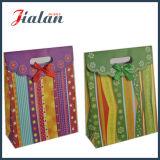 Maneta cortada con tintas con la bolsa de papel del imán con el arqueamiento de la cinta