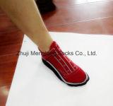 Le modèle de mode de chaussettes de chaussure de coton d'homme de fantaisie très aiment juste des chaussures sur des pieds