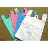 原料の緑および白いプラスチック買物袋