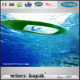 Einzeln auf oberstem unterem transparentem Fischen-Kajak sitzen
