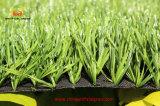 Gramado artificial verde da grama para o futebol e o futebol
