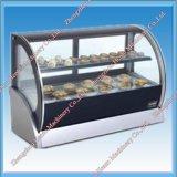 Vetrina del frigorifero del Governo del banco di mostra della torta da vendere