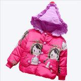 女の子の子供の着ることのための長い綿のコート
