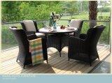 屋外の藤の柳細工の食事の椅子は屋外のテラスおよびホテルのためにセットした