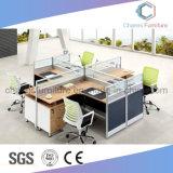 Mesa de trabajo de oficina moderna con partición