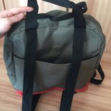 A ginástica durável da forma ostenta o saco da trouxa para ao ar livre