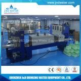 Compléter la petite chaîne de production de l'eau minérale de bouteille