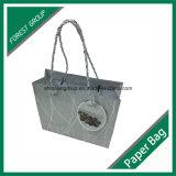綿のハンドルが付いているパッキング紙袋をカスタム設計しなさい