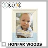 Cornice di legno resa personale del bambino per la decorazione domestica