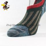 Il taglio di livello basso dei belli uomini colpisce con forza lo stile cinese dei calzini invisibili del cotone
