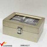 型の旧式で広い金の木製の箱の小さい宝石箱