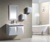 Blanc de PVC sur le Cabinet reflété par salle de bains moderne de deux portes de mur (9002)