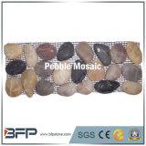 Естественная плитка мозаики камня камушка с конструкцией граници