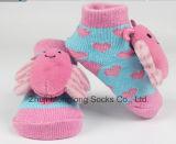 il nastro della testa del fumetto 3D ha decorato i calzini del cotone del bambino con il modulo del piede imballato in casella