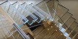 Escalera flotante de cristal con la barandilla de cristal clara