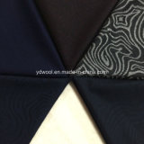 El anillo anual labra la tela de las lanas del telar jacquar
