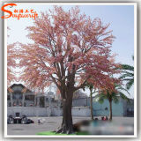 벚꽃 나무가 인공적인 결혼식 훈장 실크에 의하여 꽃이 핀다