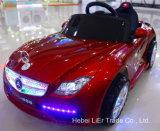 하나를 가진 장난감 차에 벤츠 또는 Mercedes Benzes 또는 아기 탐은 앉힌다