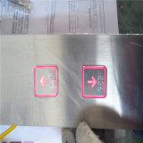 ボタンおよび表示が付いているエレベーター操作のパネル