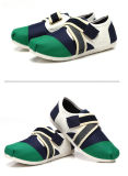 大人の快適な軽量のスニーカーを屋外に揺する人の運動靴様式