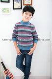 Le vêtement des enfants modelés de pull barrés par côte de modèle