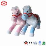 Cavalo com pelúcia com presente para sela CE