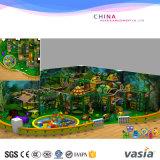 El anuncio publicitario del tema de la selva embroma el patio de interior de la gimnasia de la selva