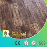 La main de parquet d'érable de planche de vinyle a gratté le plancher stratifié de stratifié en bois