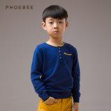 編まれる子供かばねか秋の間着ている編む衣服の男の子