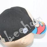 Tatami 자수를 가진 모자가 형식에 의하여 농담을 한다
