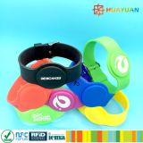 HUAYUANのカスタムロゴのプールのための調節可能なNTAG213スマートなシリコーンRFIDバンド