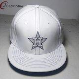 Weißer Form-Verschluss-zurück Hut