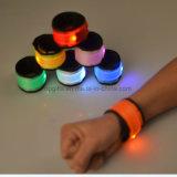 Resplandor de encargo en los brazales oscuros de las pulseras que contellean LED para la luz del deporte