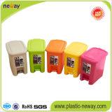 Latta di immondizia di plastica dell'interno variopinta