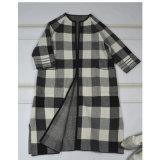 女性の衣服のための四分の三の袖のコート
