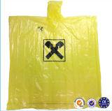 Amarelo ternos de uma chuva da parte na utilização descartável material do PE