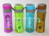 Цветастая пластмасса резвится бутылка питьевой воды с замком