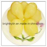 La pera inscatolata neve squisita del rifornimento divide in due l'insalata di frutta in sciroppo