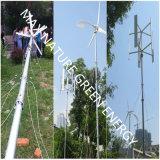 Piccola turbina di vento insieme ai comitati solari come energia rinnovabile