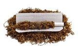 El papel de balanceo que fuma con la goma árabe rueda sus los propios