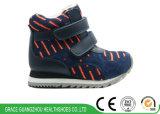 Gosses gris/bleus exécutant les chaussures orthopédiques de sports avec le modèle antidérapant