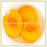 시럽 통조림으로 만들어진 노란 음식에 있는 과일 통조림 또는 노란 복숭아